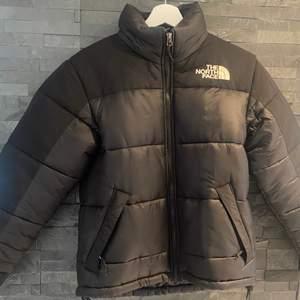 säljer nu min The North Face Jacka, köpt vintern 2020. Är i nyskick då den endast är använde ett fåtal gånger. Säljer pga att jag har en ny vinter jacka för i år skriv för frågor eller fler bilder💞🦋⭐️
