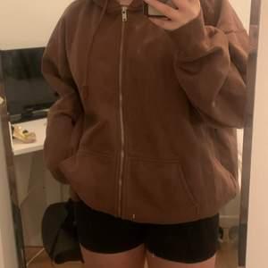 En jättefin brun Brandy Melville hoodie i väldigt bra skick. Använd några gånger men ser ut som ny. Köpare står för frakt!