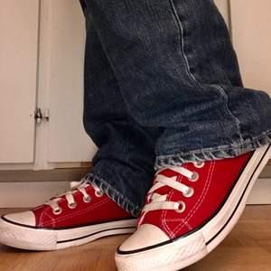 Såå snygga röda converse som tyvärr var lite för små för mig🥺❤️ Står storlek 40 men från mig som vanligtvis brukar ha det skulle jag mera säga att de är storlek 39! Lite smutsiga från endast ett fåtal användningar men går säkert att tvätta bort🥰