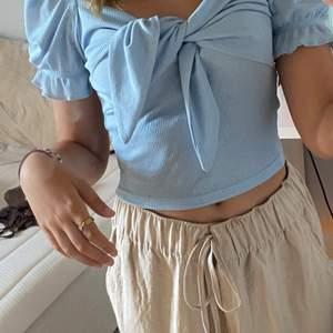 Blå shein topp i bra skick, använt sällan mest nån gång i skolan. Eftersom den är från shein säljs den billigt. Tvättas innan köp. Skriv privat för fler bilder