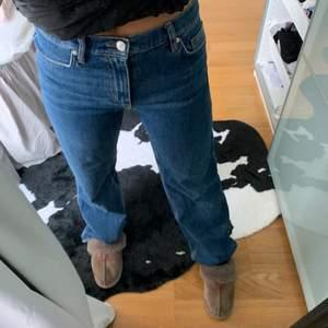 Väldigt fina jeans som är midwaist och sitter väldigt bra på!