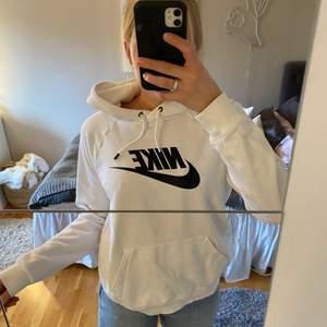 Vit nike hoodie från nike, super fint skick