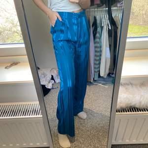 Superfina turkosa mönstrade vida kostymbyxor från monki! Jag är 1,63cm lång 🤍