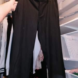Ett par fina svarta kostymbyxor ifrån Dressman, köpt för 800kr och säljs 200kr. Bud! Köpare står flr frakt.