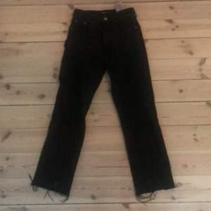 High wasted jeans. Ganska korta i modellen med fransig kant där nere. Stl 32. Om fler vill ha kan ni buda i kommentarerna. Köparen står för frakt.