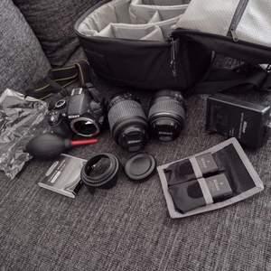 Säljer ett systemkamera-set för 3599kr, fri frakt. Innehåll: Systemkamera Nikon D3100 i fint skick. Zoomobjektiv Nikon DX AF-S Nikkor 55-200 mm, VR, nyskick. Zoomobjektiv Nikon DX AF-S Nikkor ED 18-55mm. Fint skick. Scandinavian photo linsputsduk. Nyskick. Två laddningsbara batterier till kameran och hållare till dem. Fint skick. Nikon battery Charger, fint skick. Lens cleaning pen. Nyskick. Uv filter, nyskick. Motljusskydd, nyskick. Lenscleaner pump, fint skick. Extra lock och lock till linsen. Nyskick. Lowepro vädertålig kameraväska fint skick. + Nikon kameraguiden, reference manual och två extra skivor med info för nybörjare. Betala snabbt och smidigt med Swish så skickar jag varan inom en dag. Kan tänka mig att gå ner i pris vid snabb affär. Skickar med Postnords Skicka lätt. Kontakta mig vid intresse 🌸