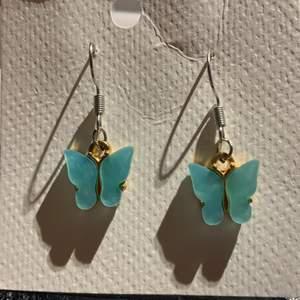 Blåa fjärils berlocker silvriga örhänge krokar