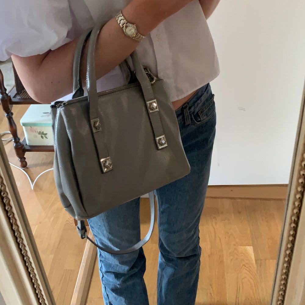 Jättecool ljusgrå väska från ZARA som jag köpte för 399kr förrförra året 🖤🤍 Den är använd ganska många gånger för den har varit en av mina favoritväskor men den passar inte riktigt min stil längre tyvärr 💞💓 Skriv privat om du vill ha fler bilder så fixar jag det! 🥰💕. Väskor.
