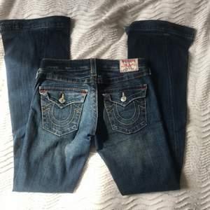 Ett par mörkblåa Bootcut eller flared true religon jeans som har blivit förlängda, går till marken på mig som är 170! Hon på sista bilden är storlek 34 och 168cm men jag kan även ha dom som är storlek 38