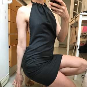 Söt klänning jag sytt själv i grått kostymtyg! Liknar lite den populära gröna klänningen från shein, men den här är såklart mer unik! Frakt 59 kr