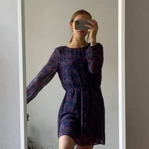 Vacker klänning från Bik Bok i mörka toner med långärmat och öppen rygg 💜 150kr inklusive frakt 💜 (storlek M)