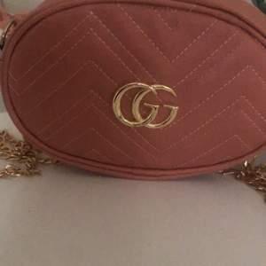 Hej nu säljer jag denna GUCCI väskan som inte är äkta men är köpt för 1500 kr . Man kan ha den i midjan också och den är ALDRIG använd.