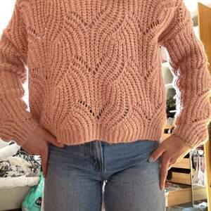 Säljer denna tröja från Only. Köpte den för cirka 2 månader sedan och har aldrig använt den. Den är bra skick och har inga missfärgningar eller något. Säljer den för 100 kr men går att pruta. Vid mer information eller intresse kontakta mig❤️