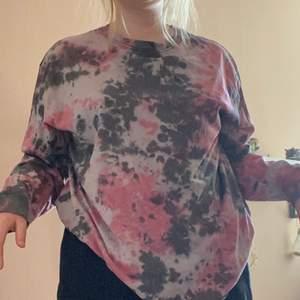 Långärmad tröja från weekday med tie dye mönster. Köpt för ca 300 kr om jag inte minns fel. Nyskick! Storlek L.