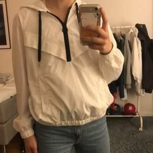Säljer en slags hoodie/jacka som är i som ett regnkappa material! Fåtal gånger använd och super bra skick. Väldigt bra till sommaren om det är lite kyligt och man vill ha något över exempel ett linne! Även väldigt cool!😊😊