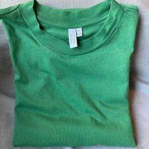 Från & other Stories. Jättefin grön färg! Knappt använd, bra skick. Kan användas både som T-shirt och som klänning, slutar lite under rumpan på mig som är 178 cm. Köparen står för frakten ✨