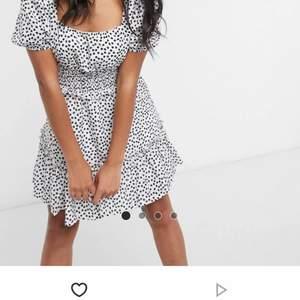 Säljer denna så fina klänningen från missguided. Den ä svartvit med småblommig på sig. Aldrig använd❤️ köparen står för frakt