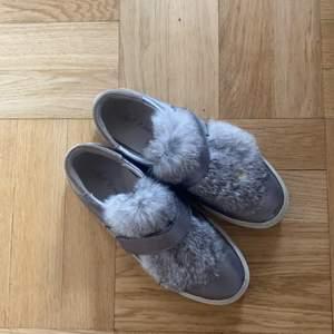 Super fina skor med äkta päls på som tyvärr är lite små för mig. De står att de är i storlek 39 men skulle säga att de mer är 38,5. Inköpta i mallorca.