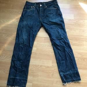 Klassiska 501or från Levis i en mörkblå fin färg! Jag brukar ha typ w29 i jeans o dessa är liksom lite stora o hänger lågmidjat på mig! Sprättade i sömmen vid foten så de når enda t marken på mig som är 168! Passar alla kön 💞👌