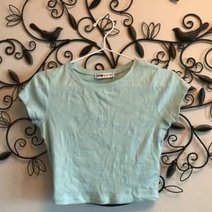 """Fin ljusblå tröja som är ganska kroppad!:) den är från nått märke """"FB SISTER"""". Har glömt att jag hade den, den är inte min stil längre men är fin.😄"""