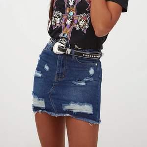 Säljer denna super snygga jeans kjol som tyvärr inte kommit till användning pågrund av för liten storlek🦋🤍