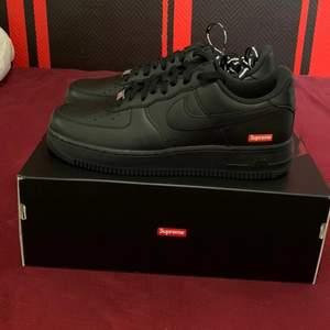 Nike Airforce 1 - Black supreme.                                 Storlek 42,5.                                                                           Pris: 1800kr.                                                                           Frakt på egen bekostnad (99kr).                                           Följ gärna på instagram - @Zxkicks