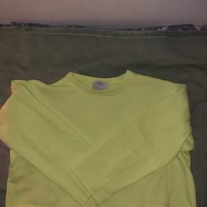 En super skön och cool cropad tröja från Zara. En riktig härlig färg som passar så var till sommaren.
