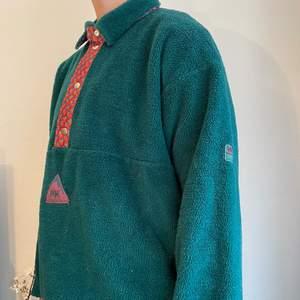 Så häftig tröja från Helly Hansen. Gammal modell så finns troligen inte att köpa. Skulle gissa på att det är en storlek L, passar mig ändå om man vill ha oversize 👍🏽 (köp direkt för 400kr)