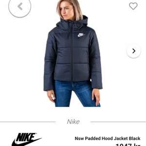 Säljer nu mina super sköna svarta Nike jackan. Funkar i alla väder och har en stor och skyddande luva. En riktig bra jacka, som dessutom passar till allt. Priset är inklusive frakt!
