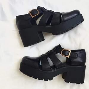 Chunky sandaler från Vagabond i läder. Använda men i fint skick!! FRAKT ÄR INKLUDERAT I PRISET⚡️⚡️
