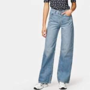 Säljer dessa wide leg jeans från Junkyard i storlek 25. De passar mig som är en 36, men de passade mig också när jag var storlek 34. Superfin passform och längd! Har endast använt dem ett fåtal gånger så de är i riktigt bra skick! Kunde inte hitta några fler bilder i rätt färg än bild nummer 1, men det är exakt samma modell men i den färg som syns på första bilden, det vill säga att det är den lite mörkare blåa jag säljer. Alla bilder är lånade! Just denna färgen säljs inte längre på Junkyards hemsida. Skriv gärna om du är intresserad💕 Frakten ingår inte i priset. Om det önskas kan jag skicka spårbart via Postnord för 99 kr! Nypris: 499 kr