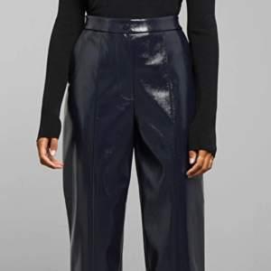 Superfina marinblå läderbyxor från weekday. Aldrig använda pga för stora!