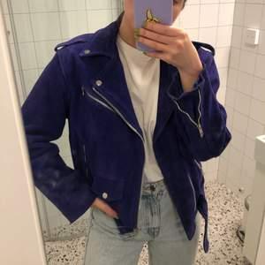 Supersnygg blå mockajacka, lite oversize-modell. Jackan är äkta skinn och väger ganska mycket, möts enbart upp för att sälja. Nypris ca 2500:-