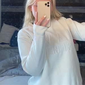 Härlig vit tröja, men tyvärr för livet för mig.  Tröjan är i s men mer som xs. 💗