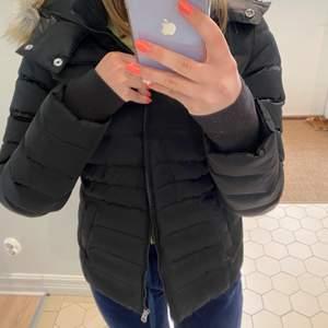 Dunjacka från Calvin Klein. Använd under en vinter. FAKE päls på luvan. Nypris ca 2500 kr, mitt pris 700 då den fortfarande är i väldigt fint skick.