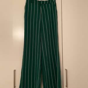 Randiga kostymbyxor från H&M. Aldrig använda. Storlek 38.