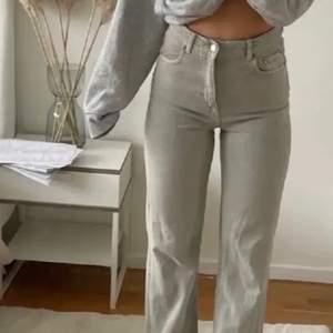 Gråa Jeans från Zara som är raka/straight leg!❤️Vet inte vad modellen heter men tror det är typ 90s full length☺️Säljes pga för stora i midjan för mig💖De är avklippta och Innerbensmåttet på de är ca 70cm och de har väldigt high waist🥰Vid frågor är det bara att kontakta👍kan mötas upp❤️