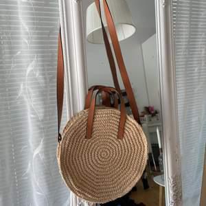 Somrig väska från H&M! Använd fåtal gånger och är jättefin! Frakt 66kr💗