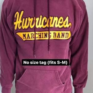 Säljer den här snygga vintage college hoodien som inte har någon size tag men sitter som en S-M. Snygg oversized fit, och i fint skick med endast daglig användning. Vinröd med gult tryck. Vid eventuella frågor, kontakta oss privat!