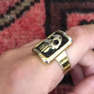En justerbar dödskalle ring i nyskick, även känd som fantomen ring. Köparen står för frakten <3