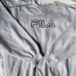 Jättesnygg och trendig vintage sweatshirt från Fila i storlek M. Superbra skick! 🖤