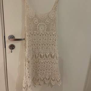 Somrig klänning i broderat material
