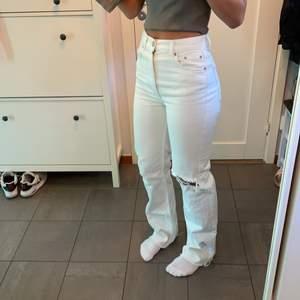 Vita jeans från PULL&BEAR i strl 36. Fint skick,knappt använda. Du står för frakt