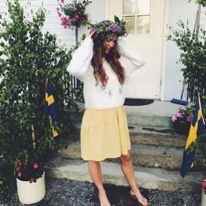 Underbart söt lite kortare tjock stickad tröja med broderat blommönster från H&M. Knappt använd och i mycket fint skick. Tröjan är i stl L men funkar även till en M.