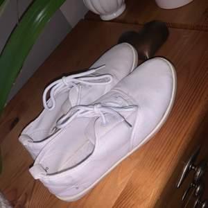 Gratis frakt! Säljer dessa vita fina skor då de aldrig används. Använda Max två gånger och därmed inte min stil så säljer vidare och hoppas att någon annan kan få de till användning! De är i ett jätte fint skick och om Tvätt önskad innan frakt så går de bra! Betalning sker via Swish och står inte för postens slarv! Mvh Angelinaferm