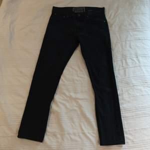 Ett par svarta Levi's Jeans i använt men bra skick. Storlek 33/30, modell
