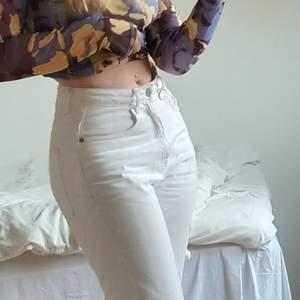 OBS!! MER BILDER KOMMER!! jättetrendiga beiga jeans i voyagemodel - dvs raka, höga och extremt trendiga! inköpta för några månader sen, men säljes då dem har blivit för små. mindre fläckar på benen, men inget man lägger märke till. Fraktar med PostNord, både spårbart och icke-spårtbart. DMa för fler bilder/om du har frågor! #beige #weekday #jeans