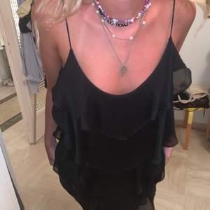 Säljer min svarta volang klänning! Såååå snygg, så skön och så populärt med volangklänningar dessa dagar🖤🖤🖤