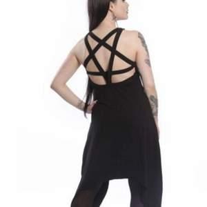 Svart klänning med pentagram på ryggen. Storlek S. Märke Vixxsin. https://public.fotki.com/Demona/closet/