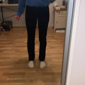 Fina straight leg jeans från Lewis. Det passar en liten S och en med xs. Jeansen är lågmidjade